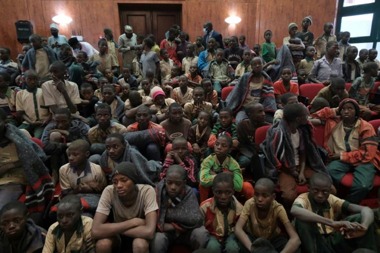 Estudantes liberados após seu sequestro, reivindicado pelo grupo jihadista Boko Haram, em Kankara, Nigéria
