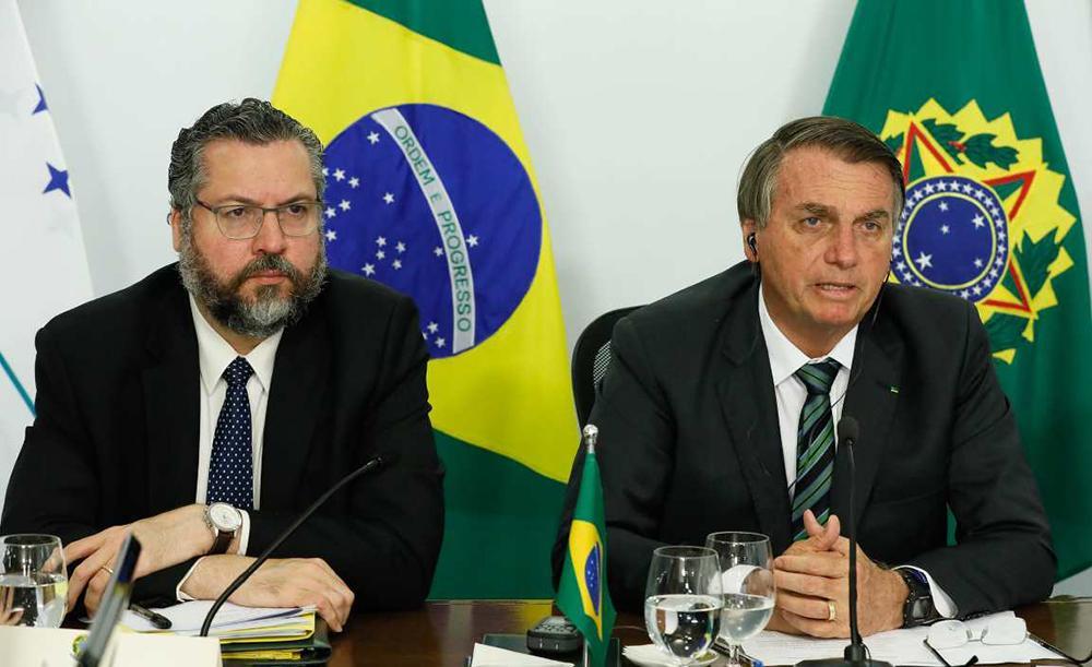 O chanceler Ernesto Araújo, ministro das relações Exteriores, e o presidente da República, Jair Bolsonaro, durante a LVII Cúpula de Chefes de Estado do Mercosul