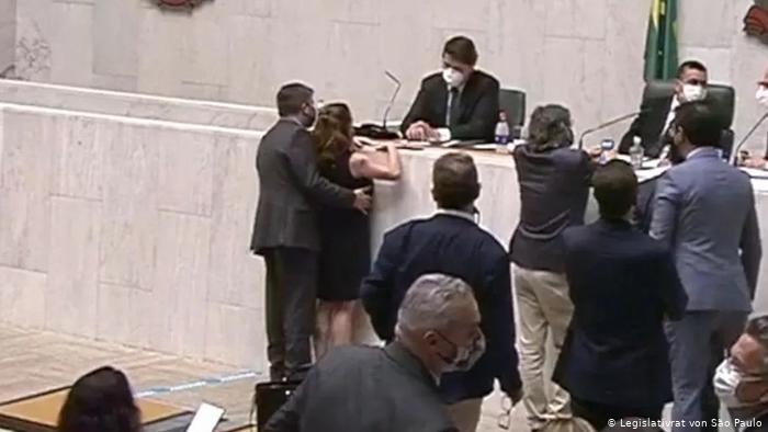 O deputado estadual Fernando Cury é flagrado assediando a colega Isa Penna no plenário
