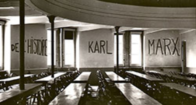 Sala de aula na Universidade de Lyon, grafitada com os dizeres 'De l'histoire Karl Marx', durante a ocupação estudantil de partes do campus como parte dos eventos de maio de 1968 na França (George Garrigues/Wikimedia)