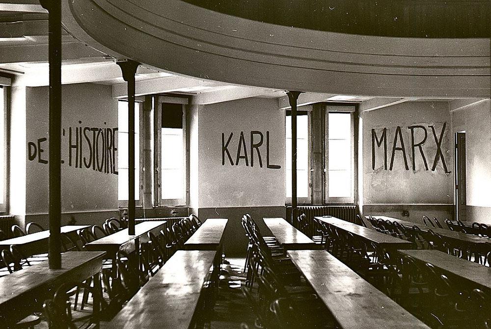 Sala de aula na Universidade de Lyon, grafitada com os dizeres 'De l'histoire Karl Marx', durante a ocupação estudantil de partes do campus como parte dos eventos de maio de 1968 na França