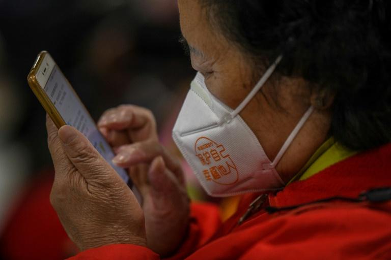 Senhora aprende a mexer no celular, em aula sobre tecnologia para aposentados, em 30 de novembro de 2020, na Universidade Xiaojiahe para a Terceira Idade, em Chengdu, capital da província chinesa de Sichuan