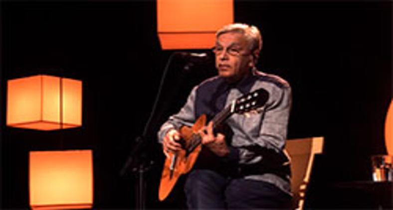 Caetano Veloso durante a 'live' realizada no dia 19 de dezembro, quando cantou a música 'Boas Festa', de Assis Valente, conhecida como 'Anoiteceu' (Reprodução/YouTube)