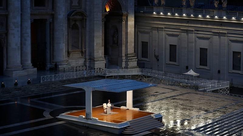 Cena da Praça de São Pedro vazia com Francisco na bênção Urbi et Orbi foi a imagem do ano