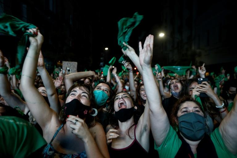 Ativistas celebram a aprovação do aborto no Senado da Argentina