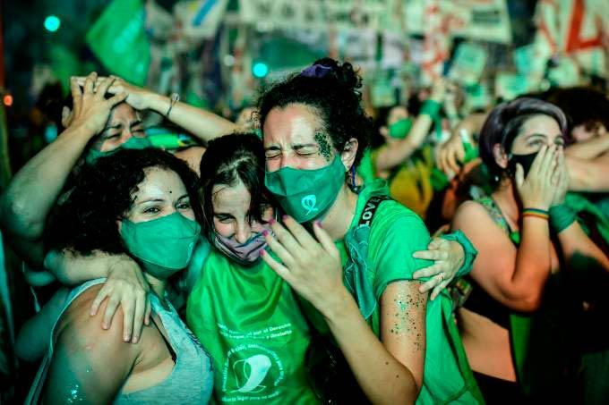A votação durante a madrugada foi acompanhada por milhares de militantes feministas, que celebraram e choraram de emoção