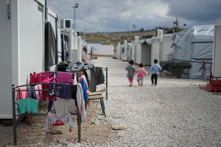 Campo de refugiados sírios nos arredores de Atenas