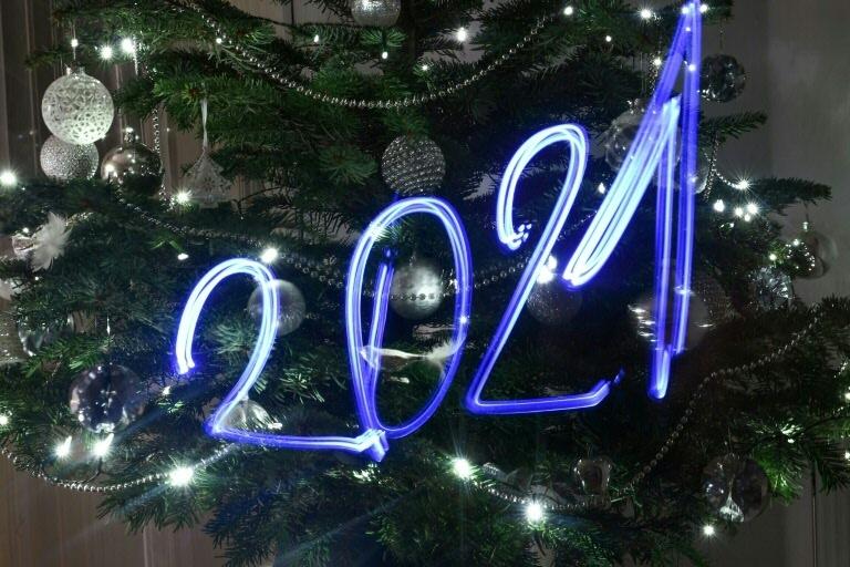 Iluminação natalina em árvore em Budapeste, na Hungria: desejo de um amanhã melhor