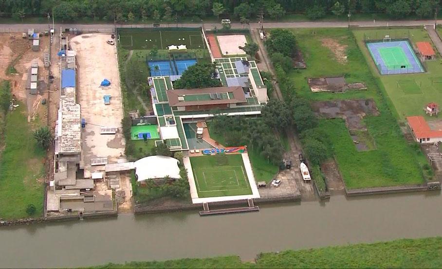 A mansão em condomínio na Costa Verde fluminense, onde o jogador tem promovido festas