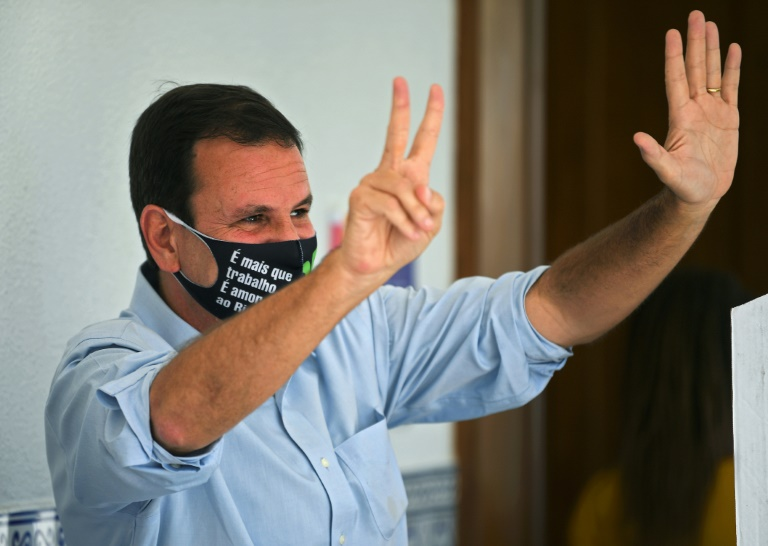 (29 nov) O então candidato à prefeitura Eduardo Paes comemora após votar no segundo turno das eleições municipais