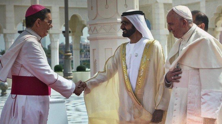 Papa Francisco, o Primeiro-Ministro Al Maktoum e o presidente do Pontifício Conselho Inter-religioso Dom Ayuso Guixot em Abu Dabhi, fevereiro de 2019