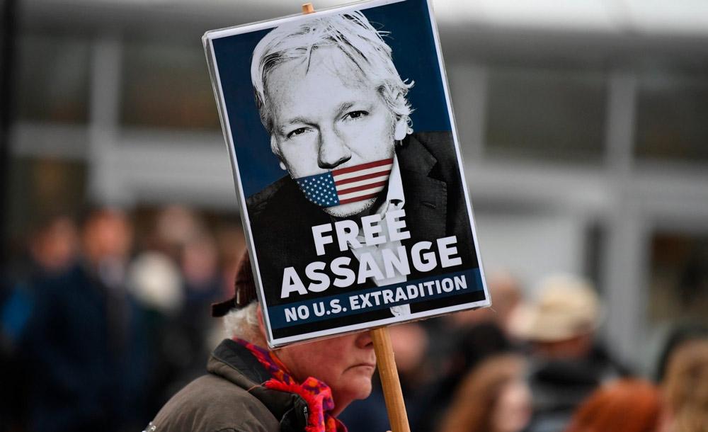 Apoiador de Assange protesta diante da corte britânica, em Londres