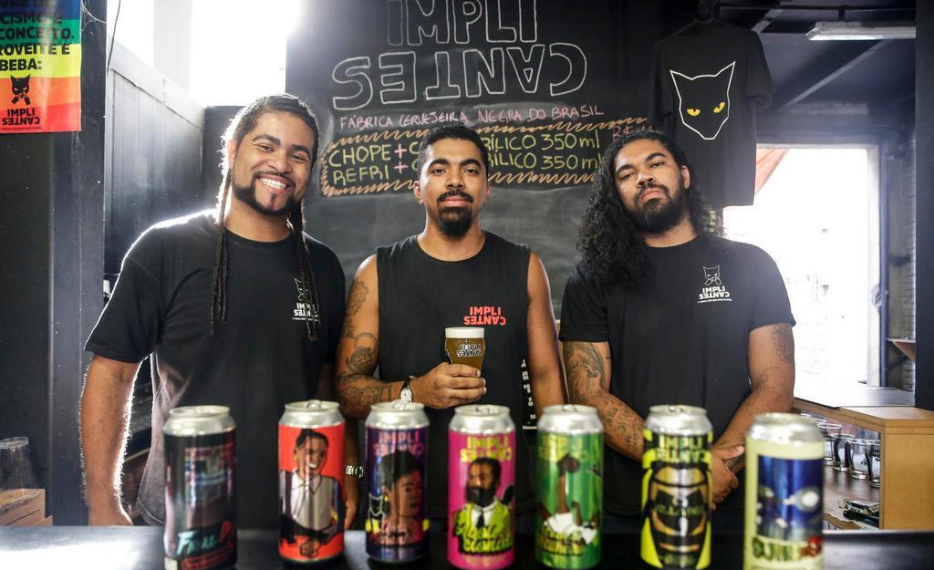 Thiago Rosário e os irmãos Daniel e Diego Dias, da cervejaria Implicantes