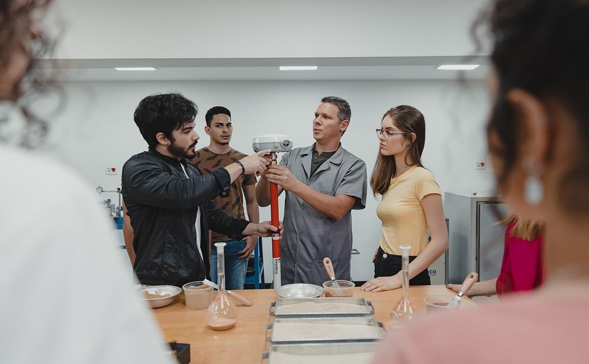 A instituição se destaca pelo constante investimento em pesquisa, tecnologia e intercâmbios, que complementam a formação dos estudantes.