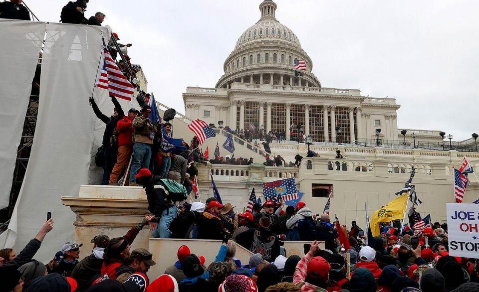 Apoiadores de Trump se dirigem ao Congresso dos EUA para impedir nomeação de Biden