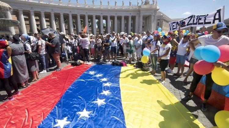 Uma grande bandeira da Venezuela levada à Praça São Pedro, antes da pandemia, por peregrinos do país sul-americano