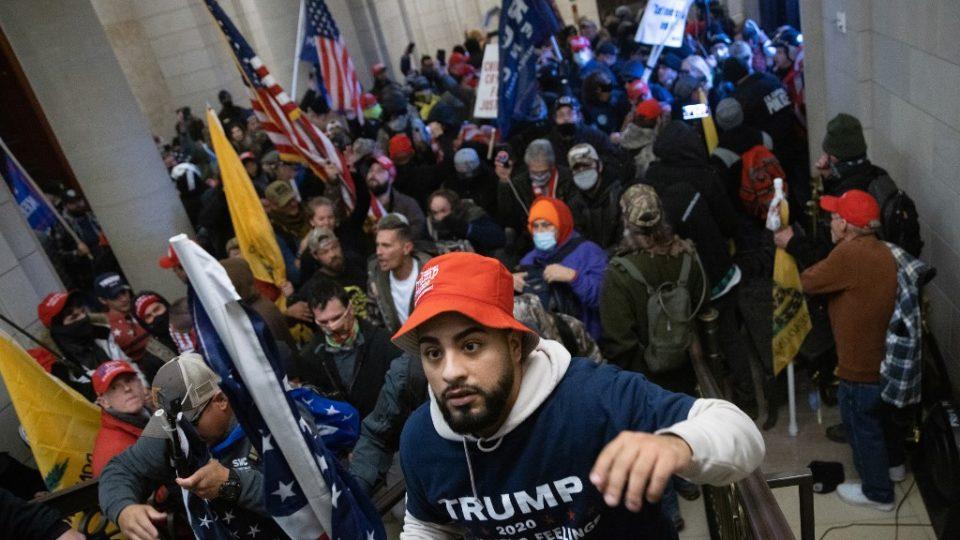 Apoiadores do presidente Donald Trump invadem edifício do Capitólio dos EUA