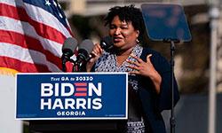 Ex-candidata ao governo Stacey Abrams em comício na Georgia (AFP/Elijah Nouvelage)