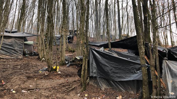 Refugiados vivem em campos improvisados em floresta na Bósnia