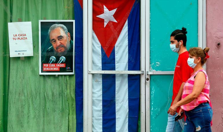 Moradores de Havana caminham de máscara como medida de prevenção contra a Covid
