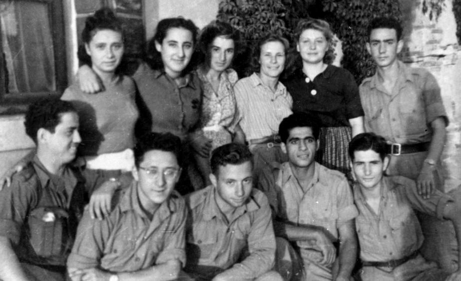 Jovens que viveram na Villa Emma em foto tirada na Palestina em 1945