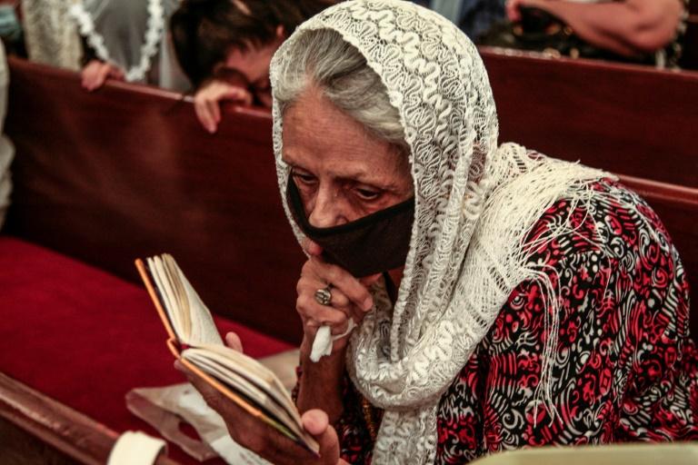 Uma copta sudanesa assiste à missa da meia-noite de Natal na Igreja dos Mártires da capital Cartum no final de 6 de janeiro de 2021