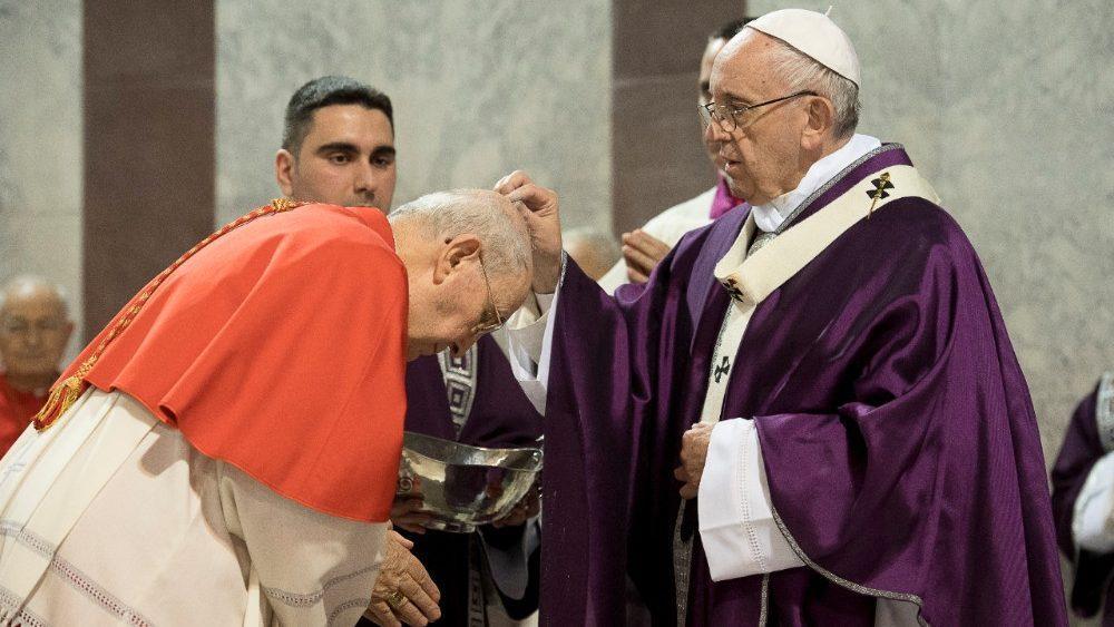 Papa Francisco durante o rito da imposição de cinzas no início da Quaresma de 2020