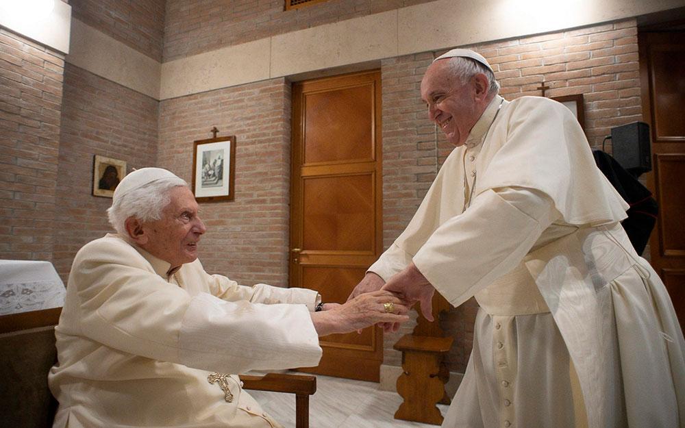 O papa Francisco cumprimenta o papa emérito Bento XVI no Mosteiro Mater Ecclesiae do Vaticano