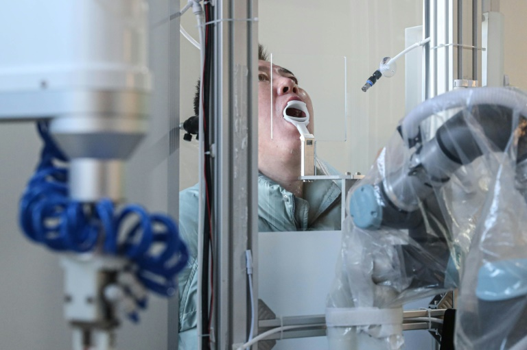 Em Shenyang, na China, foi implementado o uso de robôs para coletar amostras da garganta das pessoas para a realização em massa de testes de covid-19