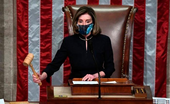 A presidente da Câmara Nancy Pelosi bate o martelo ao fim da sessão de impedimento de Trump