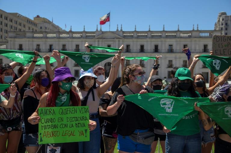 Manifestação no Chile, em frente ao palácio presidencial La Moneda, em Santiago, em 13 de janeiro de 2020