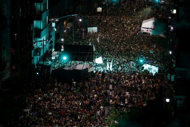 (Arquivo) Ativistas pró-escolha celebram aprovação da legalização do aborto no Senado, Buenos Aires, em 30 de dezembro de 2020