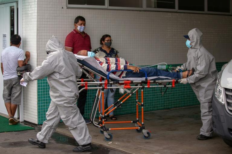 Paciente é transportado em maca na entrada do Hospital Público 28 de Agosto, em Manaus