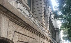 Lateral o Museu de Belas Artes, com a concertina instalada em toda a extensão lateral do prédio (Eleonora Santa Rosa)