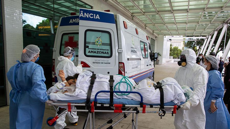 Um paciente chega ao Hospital 28 de Agosto, em Manaus