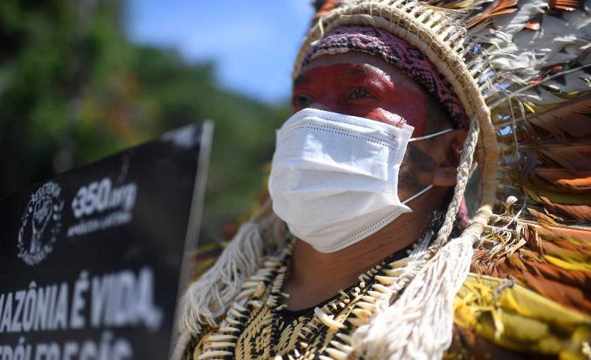 Ninawa Inu Huni Kui, de 40 anos, líder indígena Huni Kui, protesta pelo fim da exploração de petróleo na Amazônia