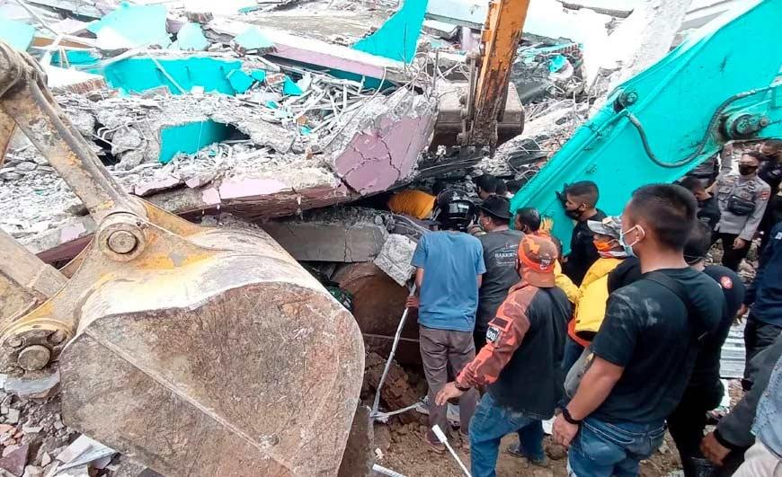 Vários prédios, entre eles um hospital, desabaram após o terremoto em Mamuju, na Indonésia
