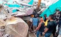 Vários prédios, entre eles um hospital, desabaram após o terremoto em Mamuju, na Indonésia (AFP)