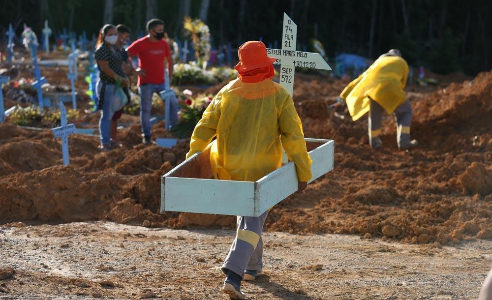 Familiares comparecem ao enterro de Maria Estela Mares Melo no Cemitério Nossa Senhora Aparecida, em Manaus