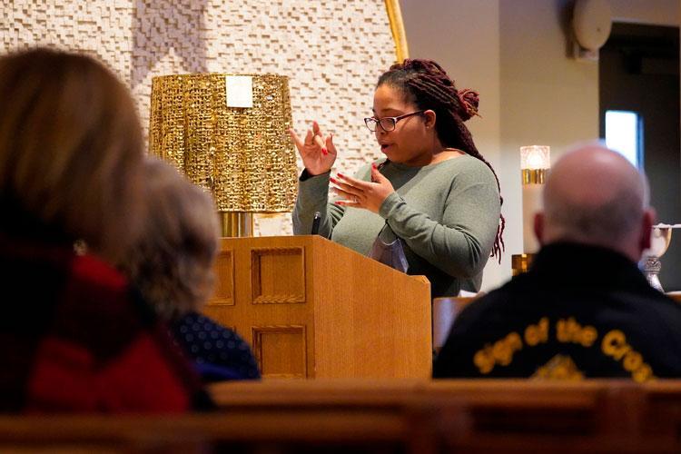Corinne Griske usando linguagem de sinais enquanto servia como leitora em missa para a Comunidade Católica de Surdos de Long Island, NY