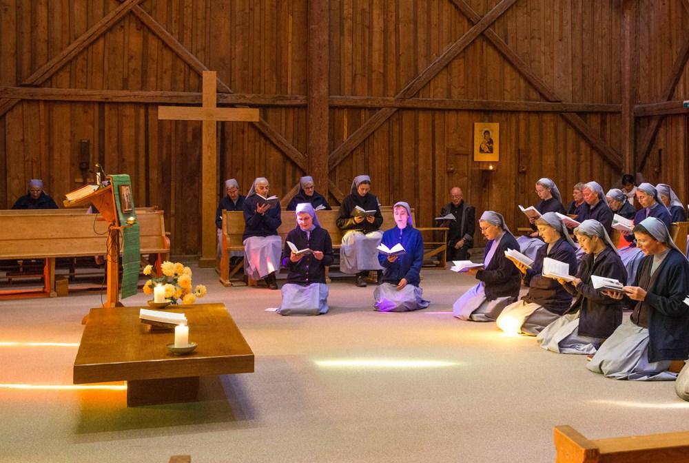 Momento de oração na Comunidade de Grandchamp