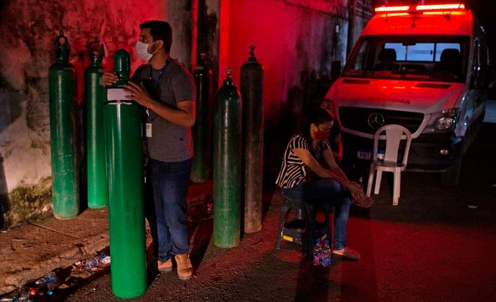 Familiares de pacientes com Covid-19 tentam conseguir oxigênio por conta própria em Manaus