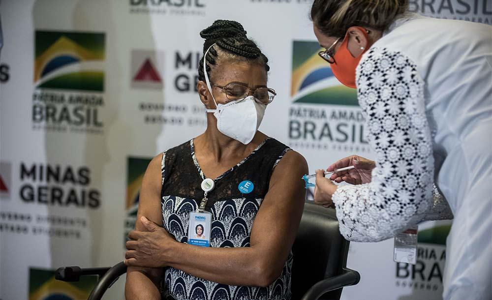 'Vacinem, mas, por favor, tomem cuidado. Não deixem de usar a máscara, álcool em gel e lavar as mãos', disse Maria Bom Sucesso Pereira, a Cecé,