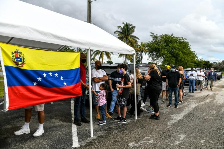Cidadãos venezuelanos fazem fila em Doral, na Flórida, durante protesto contra o presidente Nicolás Maduro, dezembro de 2020