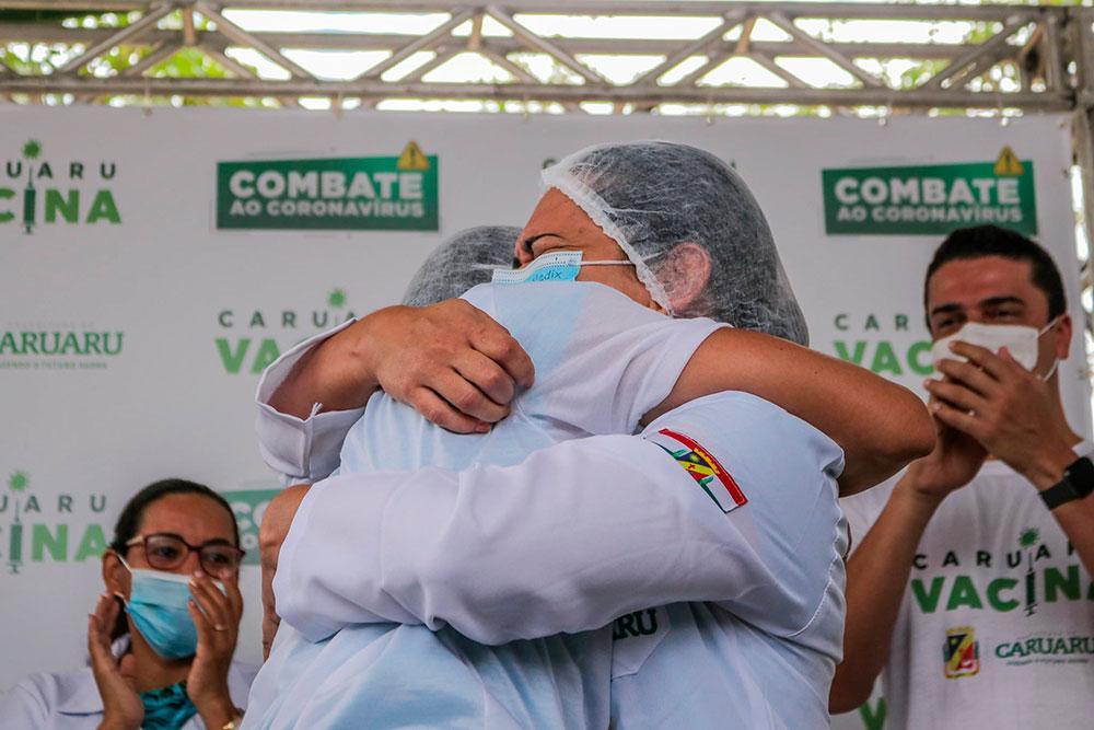 Comemoração no início da vacinação em Caruaru