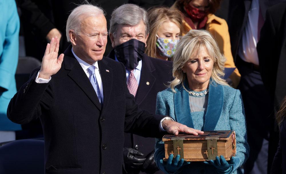 O democrata Joe Biden presta juramento durante sua posse como presidente dos EUA, em Washington