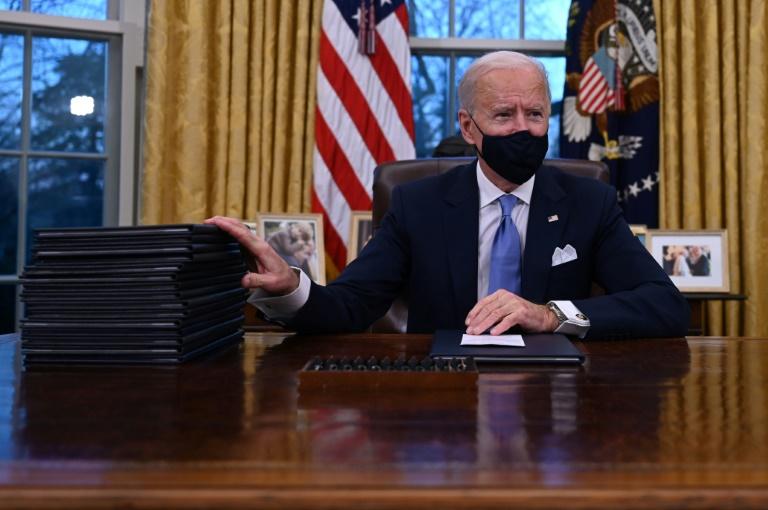 O presidente Joe Biden se prepara para assinar uma série de decretos no Salão Oval da Casa Branca