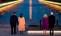 """'Esta noite, em Washington, D.C. e em todo o país, nos reunimos para homenagear os mais de 400 mil americanos que perdemos para a Covid-19. O ano passado nos testou de maneiras inimagináveis, mas agora é hora de começarmos a nos curar e superar ?"""" juntos' (@JoeBiden)"""
