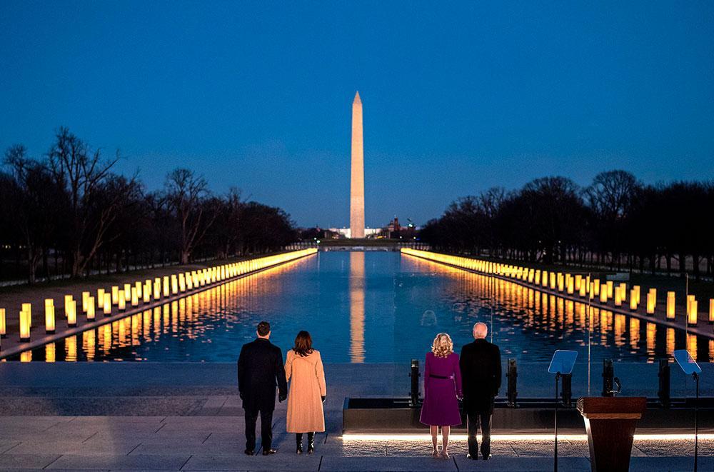 'Esta noite, em Washington, D.C. e em todo o país, nos reunimos para homenagear os mais de 400 mil americanos que perdemos para a Covid-19. O ano passado nos testou de maneiras inimagináveis, mas agora é hora de começarmos a nos curar e superar ?