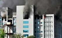 Fumaça sobe dos prédios do India's Serum Institute em Pune depois que um incêndio começou na maior fabricante mundial de vacinas (AFP)